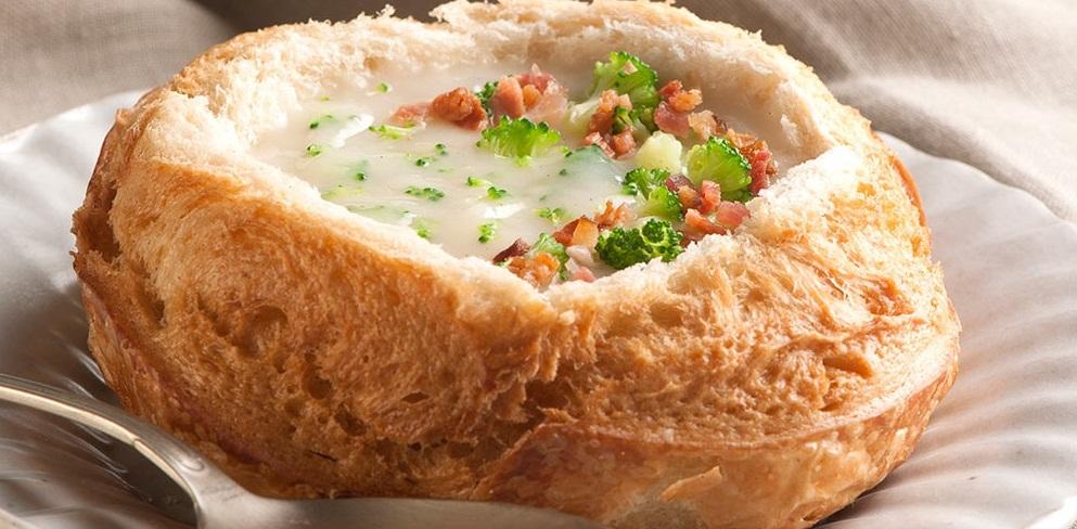 Sopa Creme de Queijo com brócolis e bacon no Pão Italiano
